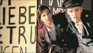 Désirée Mohn als Andres (I.) fürchtet sich vor dem plötzlich halluzinierenden Philip Perus in der Rolle des Woyzeck.